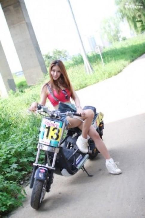Thiếu nữ Hàn cá tính bên xe máy