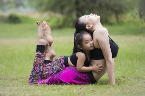 Trà Ngọc Hằng gây sốt với ảnh tập yoga cùng cháu gái mũm mĩm