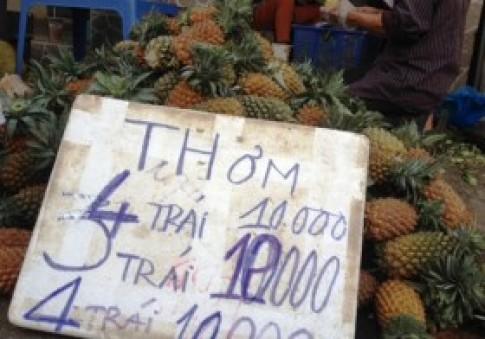 Trái cây giá rẻ dồn ứ chợ Sài Gòn