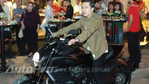 Tuấn Hưng cưỡi môtô Ducati Diavel Cromo đi dự sự kiện