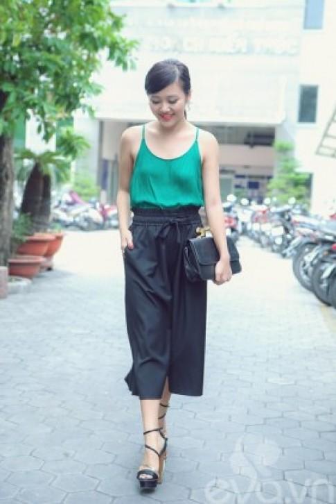 Văn Mai Hương sành điệu với áo hai dây ra phố