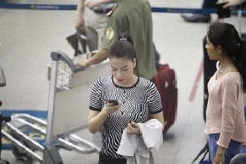 """Vân Trang """"nhắng nhít"""" bên Trương Ngọc Ánh ở sân bay"""