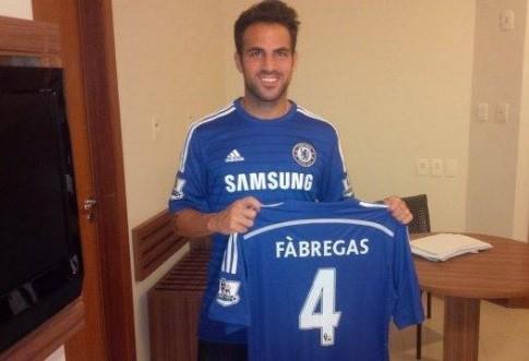 Vừa gia nhập Chelsea, Cesc Fabregas bị CĐV Arsenal ném đá tả tơi