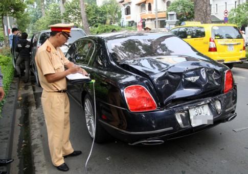 Xe Bentley méo mó trong vụ đâm ôtô liên hoàn