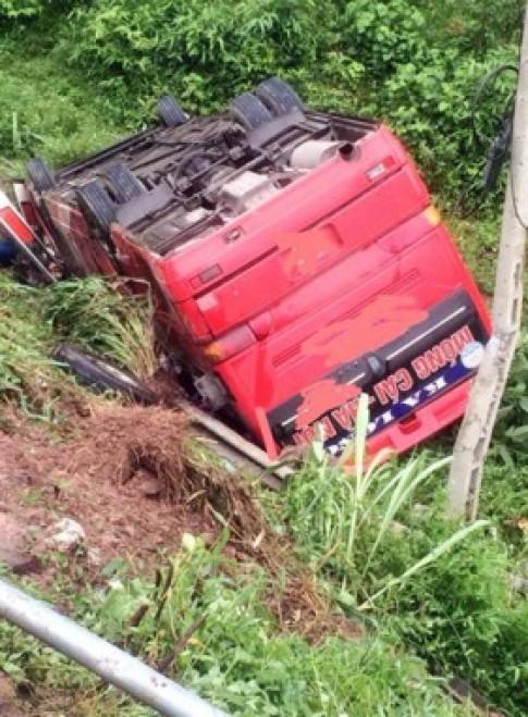 Xe khách chở 13 người rơi xuống vực sâu 5 mét