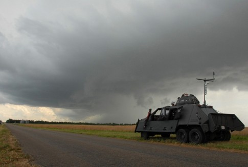 """""""Xe khủng"""" có thể quay phim ngay tại tâm các cơn bão"""