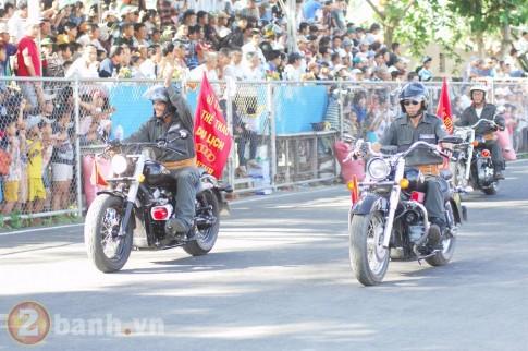 Xem đoàn mô tô diễu hành trên sân Trà Vinh