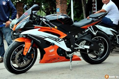 Yamaha R6 cam - trắng nổi bật trên phố