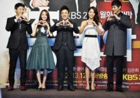 """Yoona """"tình tứ"""" cùng """"thủ tướng"""" Lee Bum Soo"""