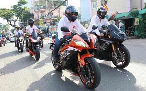 Dàn môtô hộ tống chú rể Biker đi rước dâu tại Sài Gòn