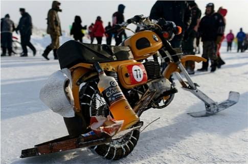 Mô tô trượt tuyết độc đáo ở Nga
