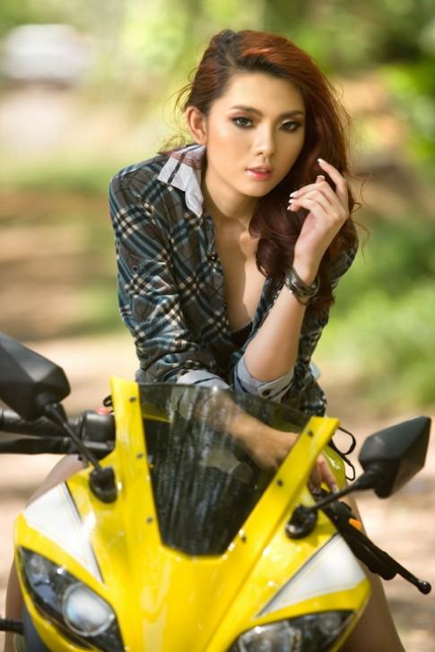 Người đẹp Việt khiêu khích cùng mô tô mới