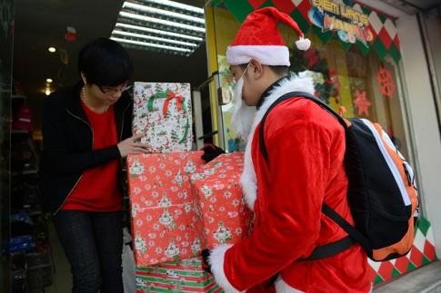 Ông già Noel Hà Nội cưỡi môtô khủng đi trao quà
