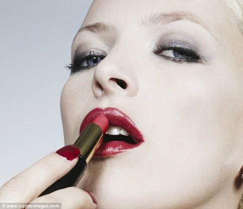Phụ nữ son môi dễ suy tim