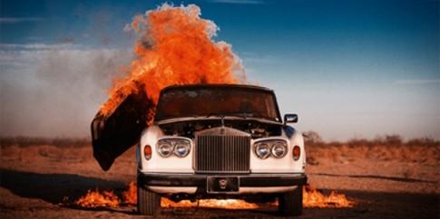 Sốc khi nhiếp ảnh gia cho nổ tung xe Rolls-Royce để chụp ảnh