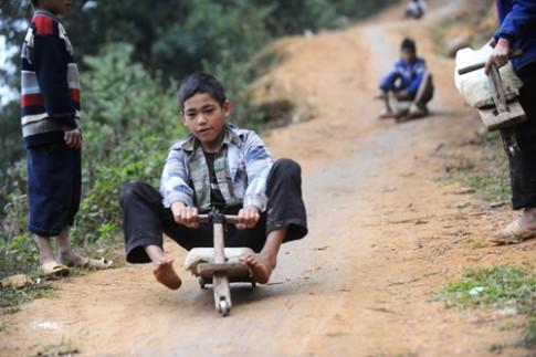 Vẻ đẹp hồn nhiên của trẻ em Sapa khi chơi trò trượt xe cút kít