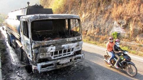 Xe bồn chở 32.000 lít xăng bốc cháy dữ dội