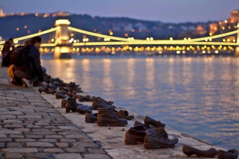 Câu chuyện về những đôi giày vô chủ bên bờ sông Danube
