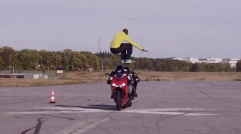 [Clip] Choáng ngọp với màn phi thân qua 2 siêu mô tô ở vận tốc 110 km/h