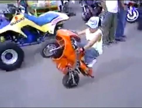 [Clip] Nhóc 4 tuổi bốc đầu mô tô mini cực chất