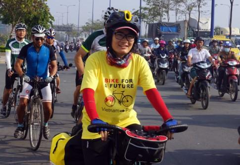 Cô gái Việt đạp xe 15000 km từ Sài Gòn đi Paris