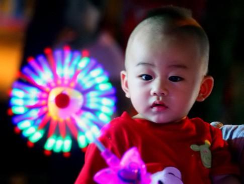 3 loại ánh sáng quen thuộc gây nguy cơ mù mắt cho trẻ