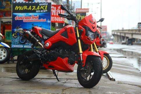 Honda MSX độ chế mũ mạnh mẽ tạo dáng trên phố