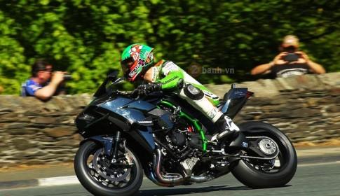 [Clip] Quái vật Kawasaki Ninja H2R gầm rú tại giải đua Isle Of Man TT