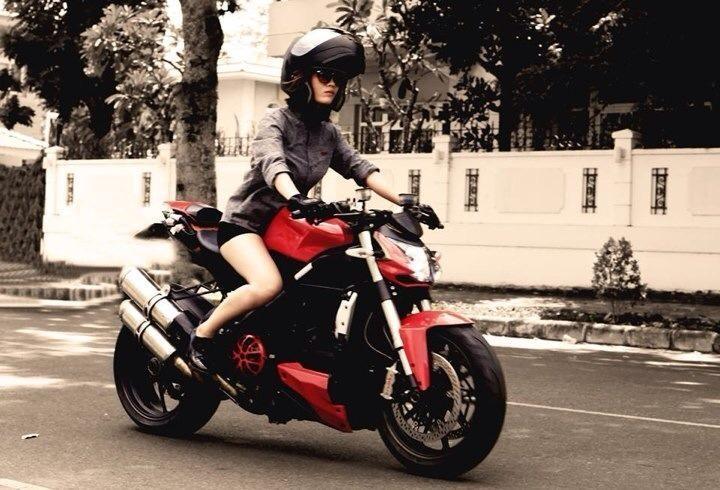 Phong van nu biker 9x dam me xe moto phan khoi lon