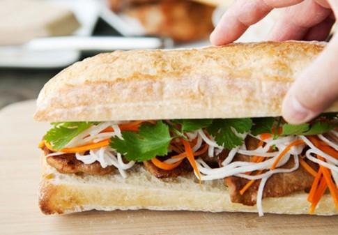 Ăn bánh mì kẹp chả vỉa hè, coi chừng rước ổ bệnh