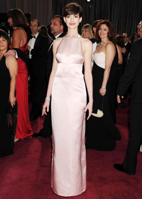 Anne Hathaway đổi váy dự Oscar vào phút chót