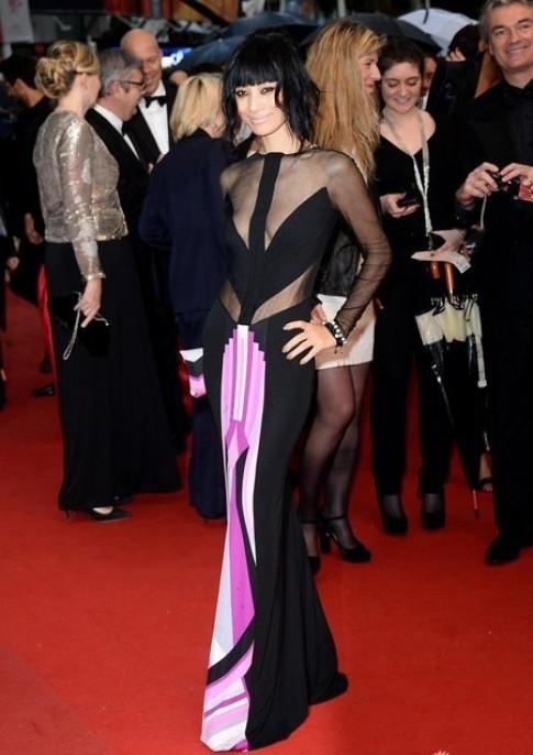 Bạch Linh gây sốc trên thảm đỏ Cannes vì váy kỳ dị