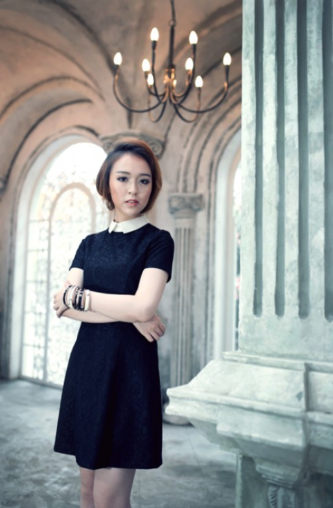 Bí quyết đẹp nữ tính với váy áo tối giản