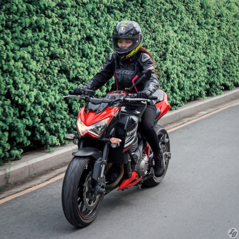Bộ ảnh đẹp chiến mã Kawasaki Z800 của nữ biker xinh đẹp