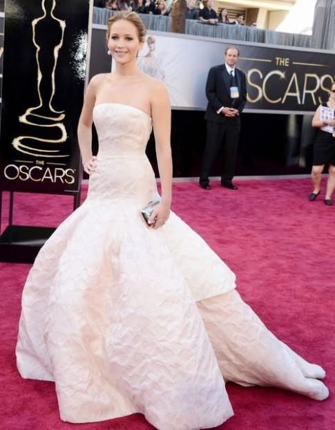 Các sao gặp sự cố váy áo tại Oscar 2013