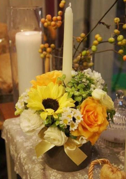 Cắm hoa với nến đơn giản tinh tế lãng mạn