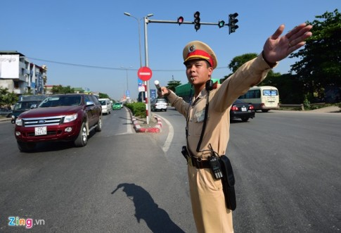 Cảnh sát giao thông phơi mình dưới nắng nóng 40 độ C