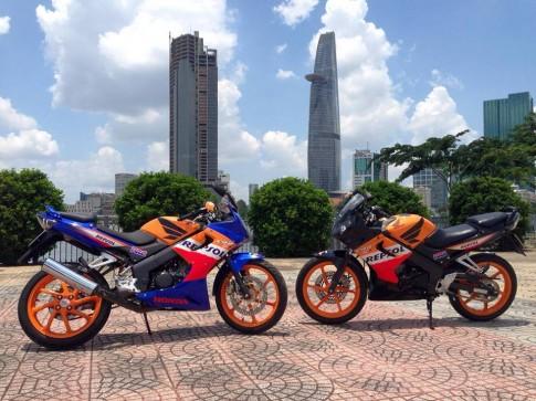 Cặp đôi CBR 150cc tạo dáng trên phố