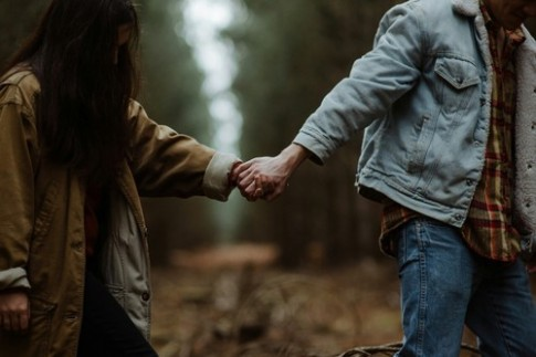 Chẳng ai nguyên vẹn, sau mỗi lần tin yêu...