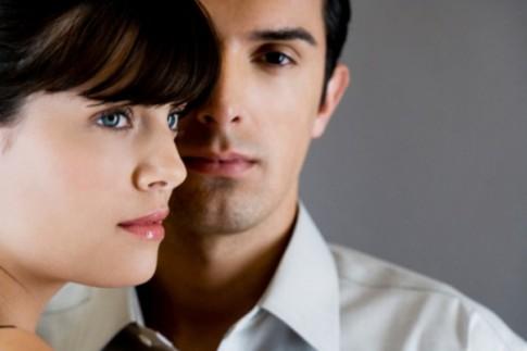 Chồng không thể dứt bỏ tình cũ vì sợ bị tố cáo