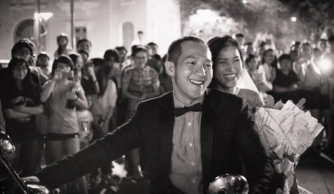 """Chú rể gây sốt với màn cầu hôn ở phố đi bộ: """"Yêu nhau 7 năm thì yêu xa 3 năm"""""""