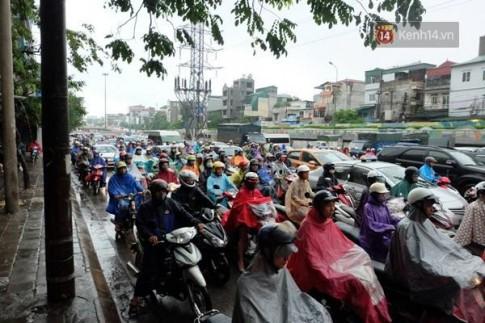 Chùm ảnh: Tắc đường kinh hoàng ở Hà Nội vì mưa lớn