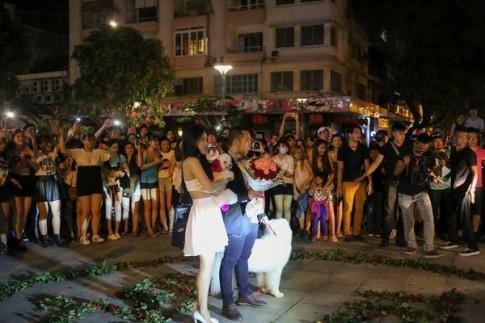 Chuyện tình 7 năm và màn cầu hôn gây sốt tại phố đi bộ Sài Gòn