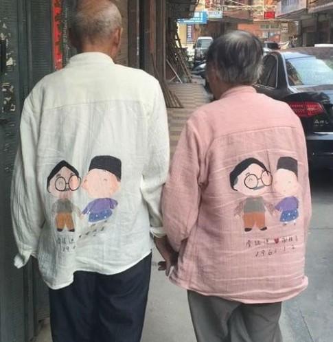 Chuyện tình đẹp như mơ phía sau hình ảnh hai cụ già mặc áo cặp trên phố