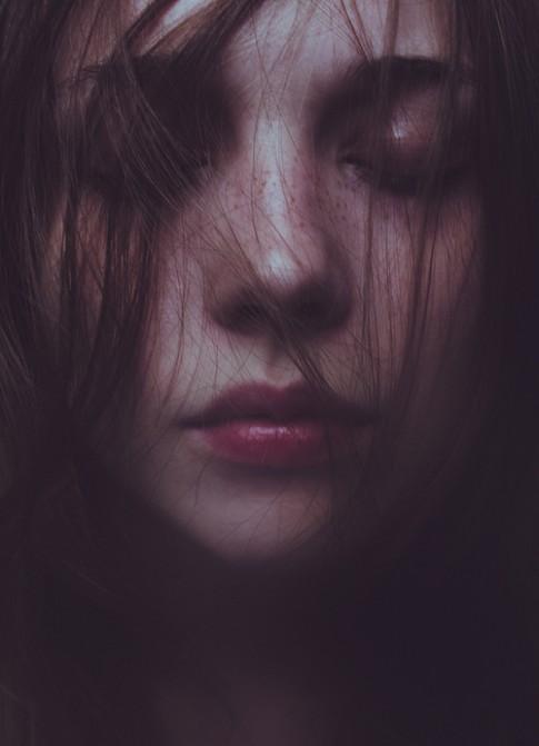 Có ai đọc được ánh mắt mơ hồ của một người đã đi qua nhiều đổ vỡ như em?