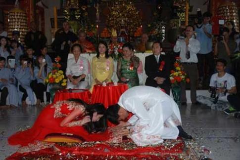 Cô dâu hãi hùng kể về tiệc cưới 'cho vàng cũng không làm lại'