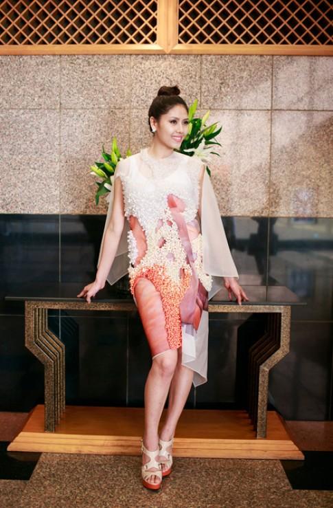 Công Khanh chỉnh trang phục cho Nguyễn Thị Loan