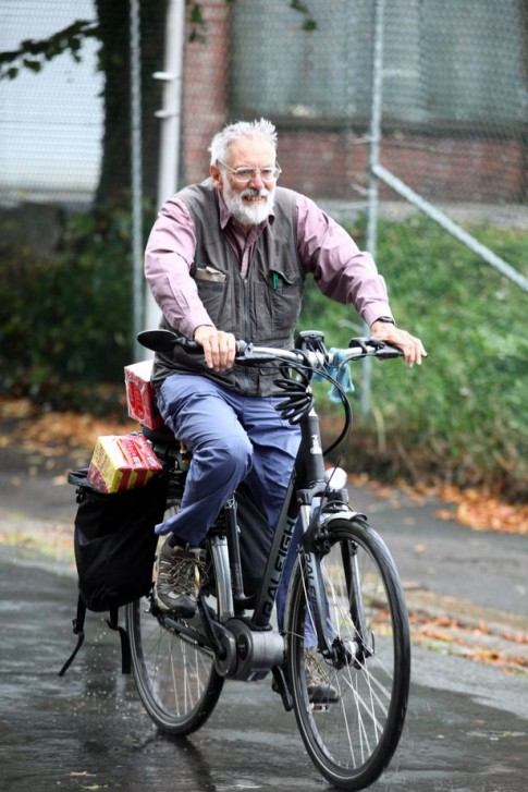 Cụ ông 70 tuổi đạp xe từ Anh sang Pháp để mua cafe cho vợ