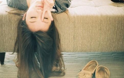 """Cười đau ruột với cô nàng vụng về """"ăn bám"""" sách hướng dẫn khi hẹn hò"""
