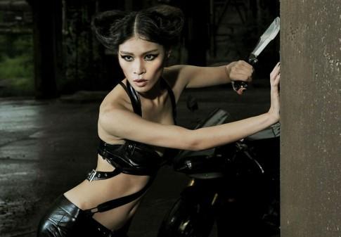Đả nữ cá tính bên cạnh Yamaha YZF-R1
